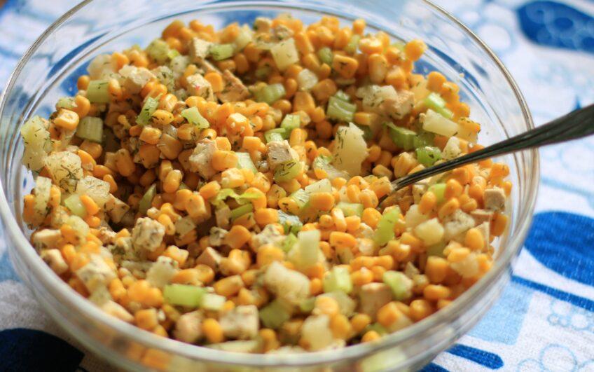 Sałatka z kukurydzą i wędzonym tofu