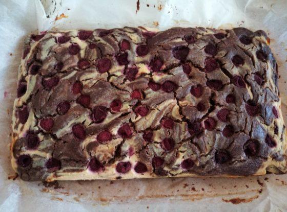 Sernioko-brownie z malinami